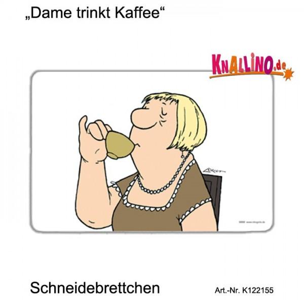 Dame trinkt Kaffee Schneidebrettchen